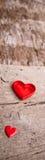 Amour des coeurs rouges sur le fond en bois Images libres de droits