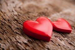 Amour des coeurs rouges sur le fond en bois Photographie stock libre de droits