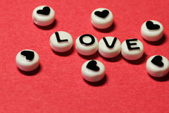 Amour des lettres sur le rouge Image libre de droits