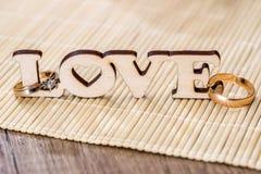 Amour des textes avec l'anneau d'or Image stock