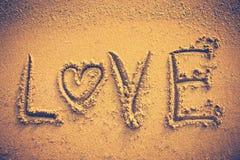 AMOUR des textes manuscrit sur le sable de bord de la mer Tonne de vignette et de vintage Image stock