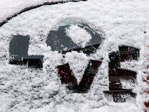 Amour des textes sur une fenêtre de voiture givrée Photographie stock libre de droits