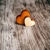 Amour Deux coeurs en bois Photos libres de droits