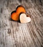 Amour Deux coeurs en bois Images stock