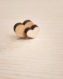 Amour Deux coeurs en bois Photographie stock libre de droits