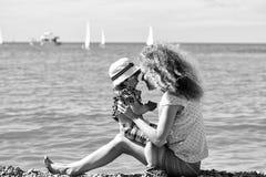 Amour du `s de mère Mère et fils sur la plage Photo libre de droits