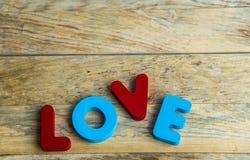 Amour en bois coloré de mot sur floor2 en bois Photos libres de droits
