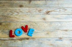 Amour en bois coloré de mot sur floor1 en bois Images stock