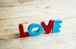 Amour en bois coloré de mot sur floor6 en bois Images stock