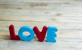 Amour en bois coloré de mot sur floor4 en bois Photos stock