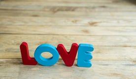 Amour en bois coloré de mot sur le woodne floor7 Images stock