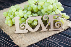 AMOUR en bois d'inscription et raisins verts Photo stock