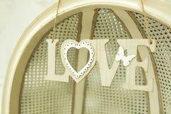 Amour en bois d'inscription sur le mur Photographie stock libre de droits