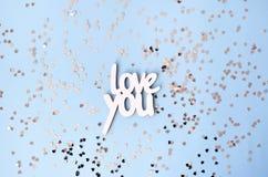 Amour en bois d'inscription vous sur un fond bleu photographie stock libre de droits