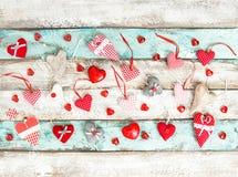 Amour en bois de décoration de jour de valentines de fond de coeurs rouges Photo libre de droits