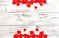 Amour en bois de jour de valentines de fond de coeurs rouges Images stock