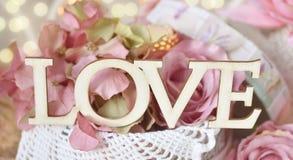 AMOUR en bois de lettres sur le fond floral Image stock