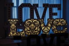 AMOUR en bois de lettres sur une table Mariage de décoration Images stock