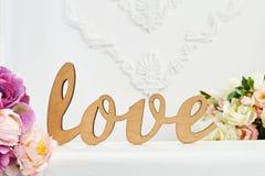 Amour en bois de mot contre le mur blanc dans le studio Photo stock