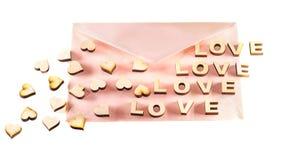 Amour en bois de mot et le coeur sur un fond blanc Le jour de Valentine Photographie stock