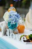 Amour en bois de mot sur la table de mariage Photos stock