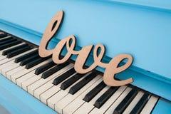 Amour en bois de mot sur le concept de mariage de piano Image libre de droits