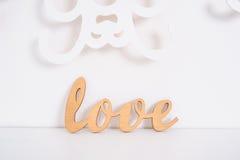 Amour en bois de mot sur un fond blanc dans le studio Photographie stock libre de droits