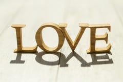 Amour en bois de plan rapproché avec la lumière du soleil de matin Images libres de droits