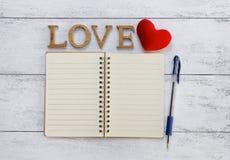 Amour en bois et carnet vide Photographie stock libre de droits