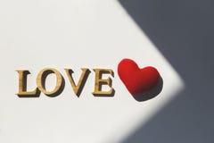 Amour en bois et coeur rouge sous la nuance, Images libres de droits