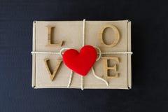 Amour en bois et coeur rouge sur la boîte de front Photographie stock