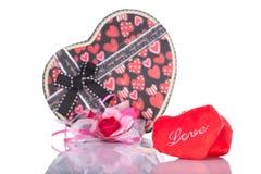 Amour en forme de coeur avec le boîte-cadeau actuel avec le fond blanc Photos libres de droits