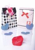 Amour en forme de coeur avec le boîte-cadeau actuel avec le fond blanc Images stock
