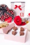 Amour en forme de coeur de chocolat dans le jour de valentines rose de boîte-cadeau et de roses Images libres de droits