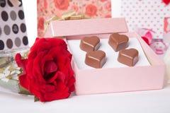 Amour en forme de coeur de chocolat dans le jour de valentines rose de boîte-cadeau et de roses Images stock