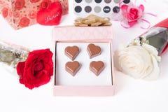 Amour en forme de coeur de chocolat dans le jour de valentines rose de boîte-cadeau et de roses Image stock