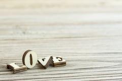 Amour en gros plan de mot fait de bois Amour cassé Photos stock