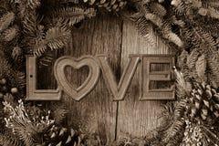 Amour en texte au centre d'une guirlande de Noël Photos libres de droits