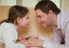 Amour - enfant avec le père Photographie stock