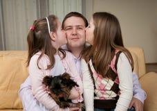 Amour - enfants embrassant le père Photo stock