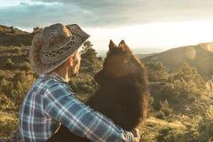 Amour entre un homme et un chien Type et chien étreints Image stock