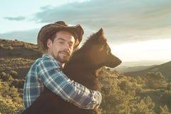Amour entre un homme et un chien Type et chien étreints Image libre de droits