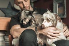 Amour entre un homme et son chien Photo stock