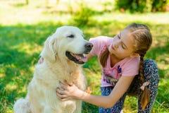 Amour entre une fille et son animal familier image stock