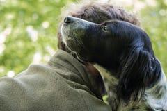 Amour et affection entre l'homme et son chien Images stock