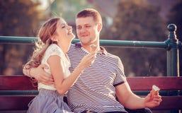 Amour et affection entre un couple Photo stock