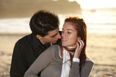 Amour et affection entre un jeune couple Image stock