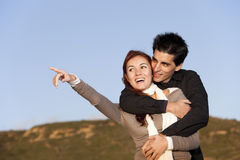 Amour et affection entre un jeune couple Photo stock
