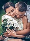 Amour et affection entre un jeune couple Images libres de droits