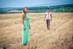 Amour et affection entre un jeune couple Photo stock